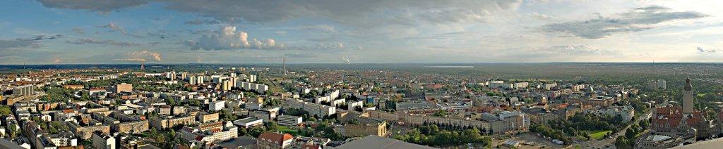 Panoramablick von der Aussichtsplattform nach Süden (Fotos CC BY-SA 3.0 / Wikimedia: Martin Geisler; Titelfoto: Joeb07)