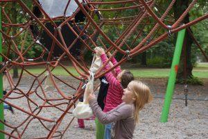 Die Kinder nehmen sich ihre Wunderfinderbeutel vom Klettergerüst herunter.