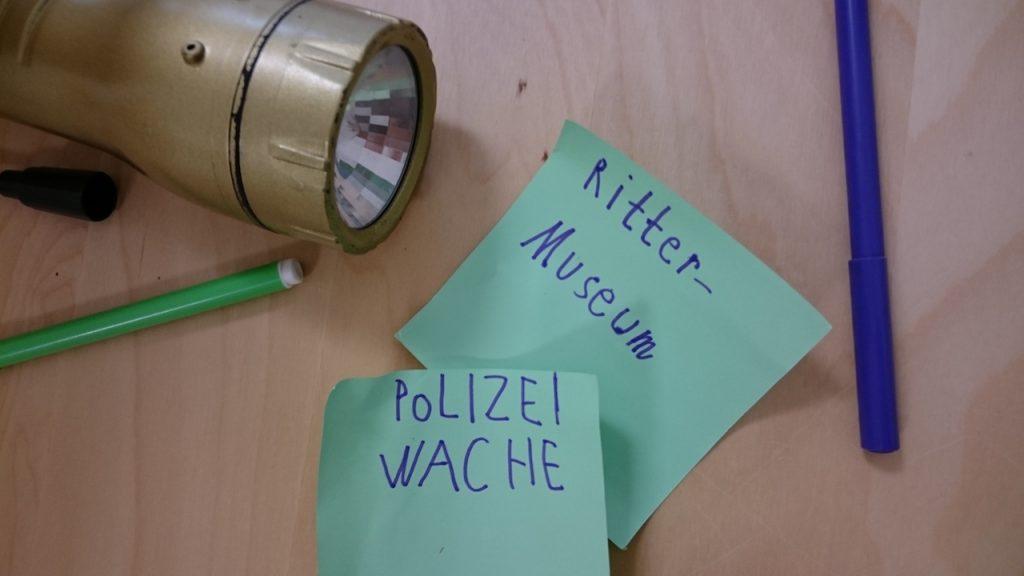 """Auf Zetteln stehen """"Rittermuseum"""" und """"Polizeiwache"""""""
