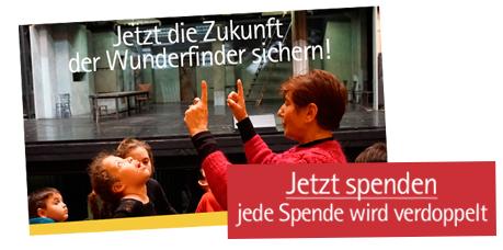 Banner mit Spendenaufruf und Foto in der Oper