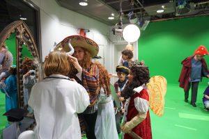 Die Wunderfindergruppe verkleiden sich mit Hüten, roten wolligen Umhängen und Kopfschmuck z.B. Hörner.