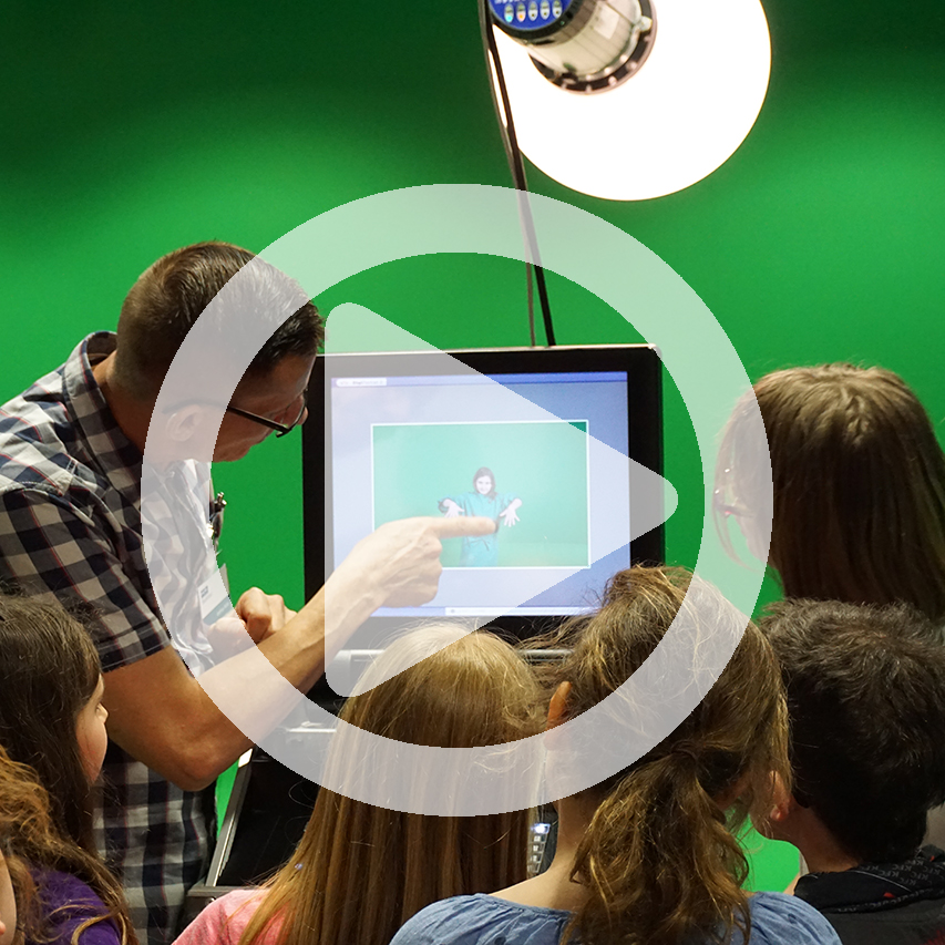 Szene im MDR-Studio vor Greenscreen mit Play-Symbol