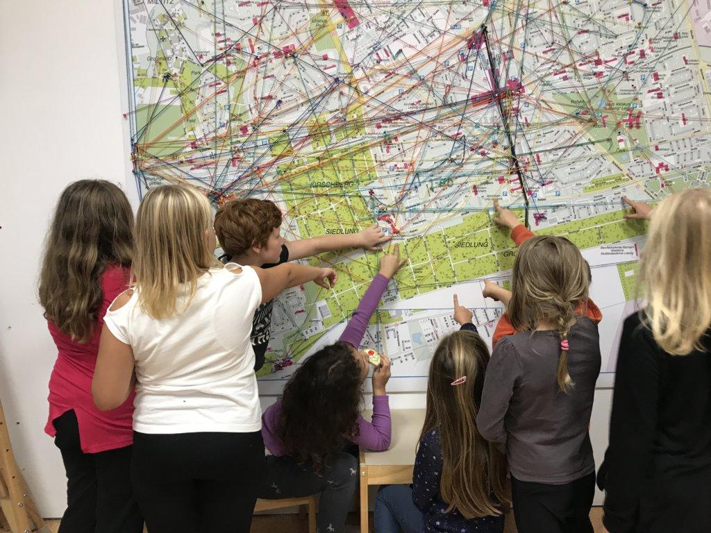 Grünauer Wunderfinder erfoschen ihren Stadtteil auf der Landkarte im Komm-Haus